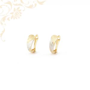 Enyhén domború női arany fülbevaló gyémántvésett mintával díszítve