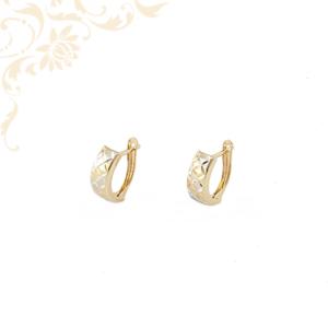 Enyhén domború, gyémántvésett mintával díszített arany fülbevaló