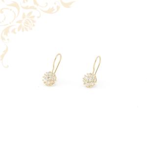 Virág formájú arany fülbevaló, csillogó fehér színű cirkónia kövekkel ékesítve.