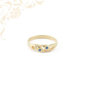 Kék színű szintetikus, fehér színű cirkónia kövekkel díszített női arany gyűrű