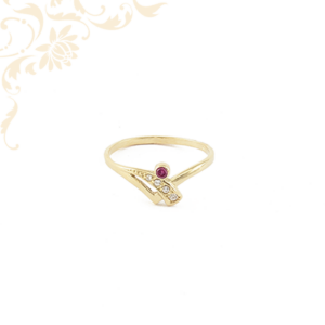 Áttört fejrészű női köves arany gyűrű, cirkónia és mályva színű szintetikus kővel ékesítve