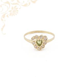 Zöld színű szintetikus, fehér színű cirkónia kövekkel ékesített, női köves arany gyűrű.