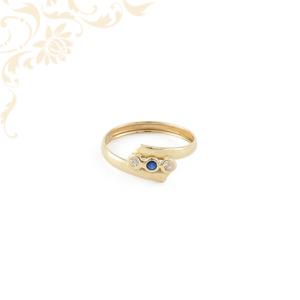 női köves arany gyűrű, kék színű szintetikus, fehér színű cirkónia kövekkel ékesítve.