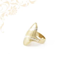 Exkluzív megjelenésű női arany gyűrű, gyémántvésett mintával díszítve.