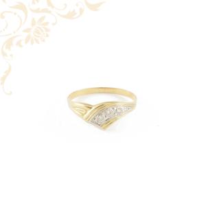 Kis súlyú, préselt női kövesarany gyűrű