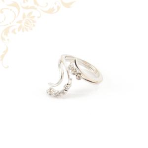 Extravagáns női köves arany gyűrű, apró, fehér színű cirkónia kövekkel ékesítve