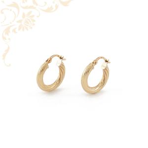 Üreges, gyémántvésett mintával díszített arany karika fülbevaló