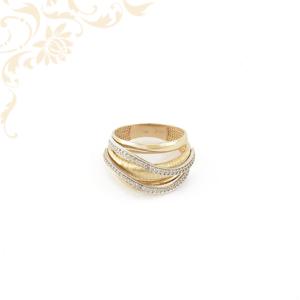 Áttört, széles fejrészű, hullámos vonalvezetésű, fehér színű cirkónia kövekkel és ródium bevonattal díszített női köves arany gyűrű.