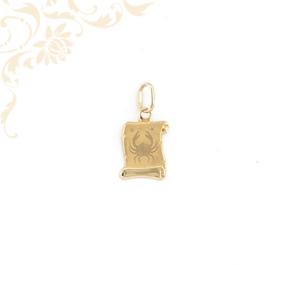 Pergamen alakú horoszkópos arany medál, melynek közepét gyémántvésett rák zodiákus jegy díszíti