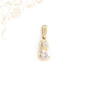Nagyon szép és csinos, fehér színű cirkónia kövekkel díszített arany medál.