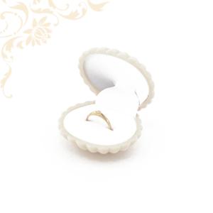 Krém színű, kagyló formájú gyűrűdoboz