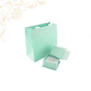 Zöld színű gyűrű és fülbevaló papír ékszerdoboz, papír dísztasakkal