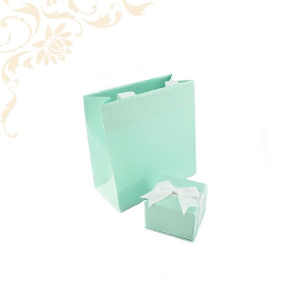 Zöld színű papír ékszerdoboz fehér masnival, gyűrű és fülbevaló - akár mindkettő - csomagolásához, papír táskával.