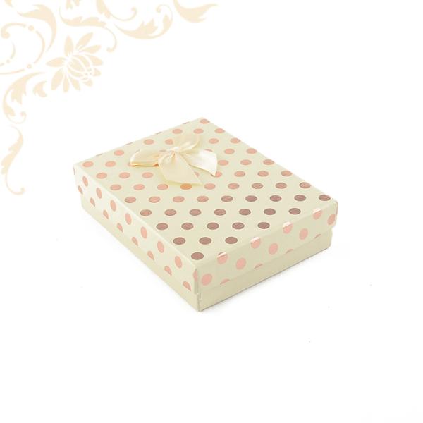 Krémszínű pöttyös papír ékszerdoboz masnival, nagy szettes kivitelben, nyaklánc, fülbevaló, gyűrű, karikagyűrű pár és medál csomagolásához.