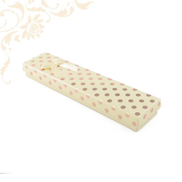 Krémszínű pöttyös papír ékszerdoboz masnival, karlánc vagy karkötő csomagolásához.