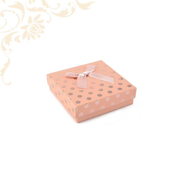 Rózsaszín pöttyös papír ékszerdoboz masnival, közepes szettes kivitelben, fülbevaló és gyűrű csomagolásához.