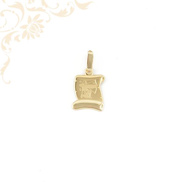 Pergamen alakú horoszkópos arany medál, melynek közepét gyémántvésett nyilas zodiákus jegy díszíti.