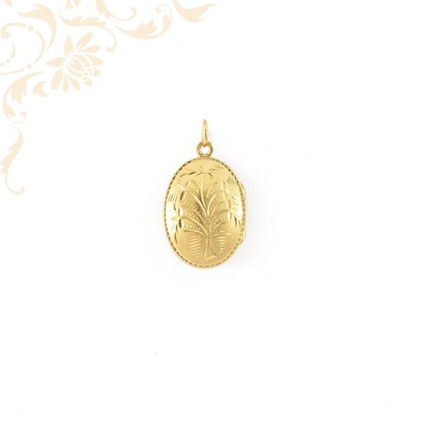 Ízléses vésett mintával díszített, nyitható fényképtartós arany medál.
