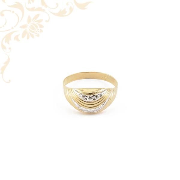 Ízléses gyémántvésett mintával és ródium bevonattal díszített, női arany gyűrű.