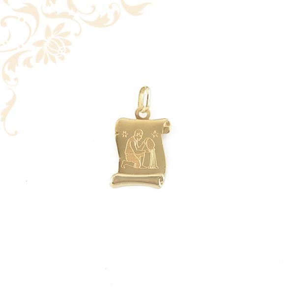 Pergamen alakú horoszkópos arany medál, melynek közepét gyémántvésett vízöntő zodiákus jegy díszíti.