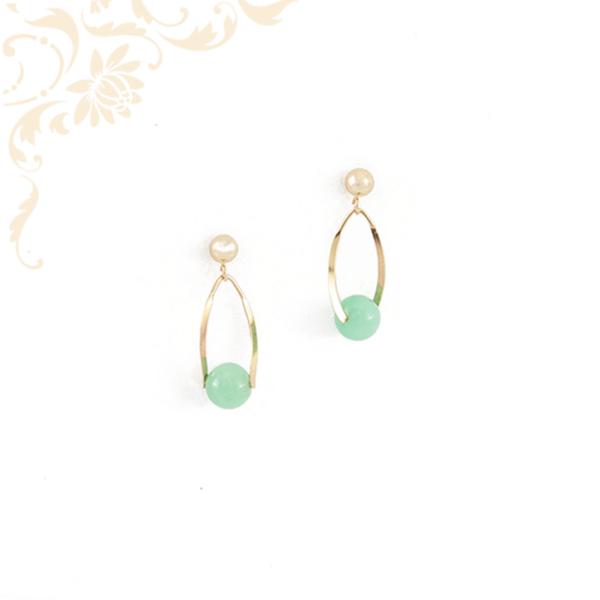 Zöld színű ásványkővel ékesített női arany fülbevaló