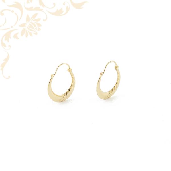 Női arany karika fülbevaló gyémántvésett mintával díszítve.