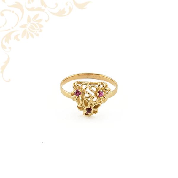 Női arany gyűrű rubin kövekkel ékesítve.
