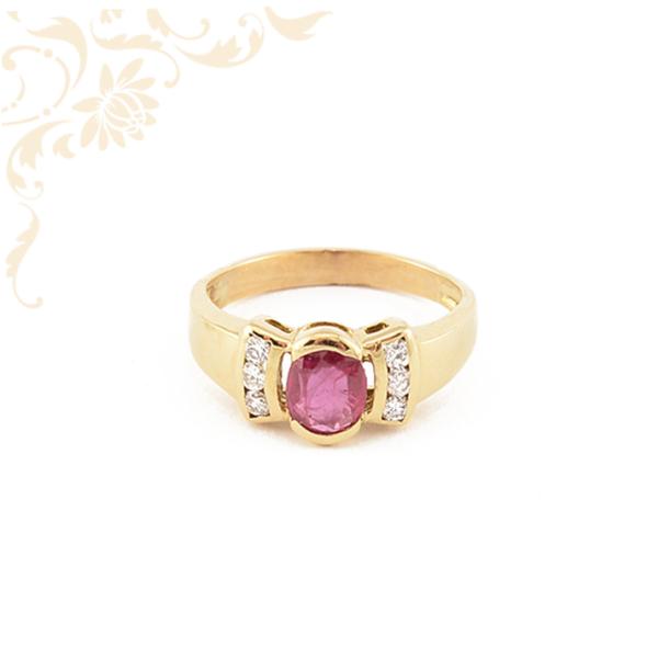Női arany gyűrű rubinnal és briliáns csiszolású gyémántokkal ékesítve