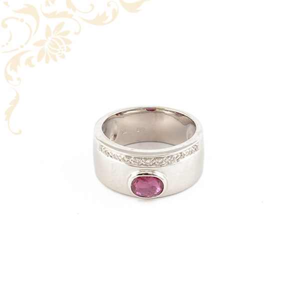 Nagyon szép, 18 karátos fehérarany gyűrű, rubinnal és gyémántokkal ékesítve,