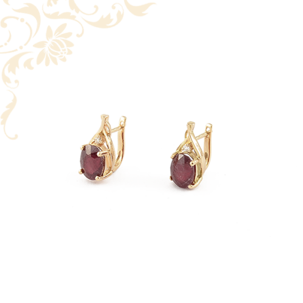 Női arany fülbevaló gyémánttal és rubin kővel ékesítve
