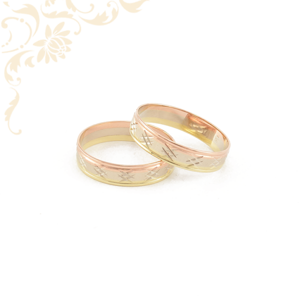 Háromszínű, gyémántvésett arany karikagyűrű pár