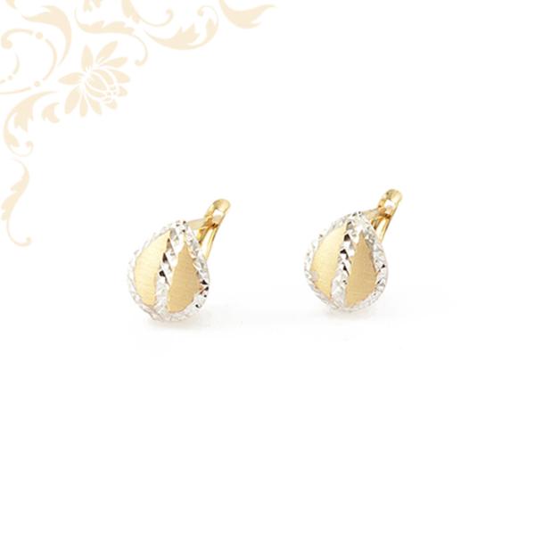 Csepp formájú, gyémántvésett mintával díszített női arany fülbevaló.
