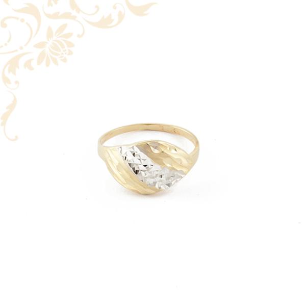 Ízléses gyémántvésett mintával és ródium bevonattal díszített, női arany gyűrű