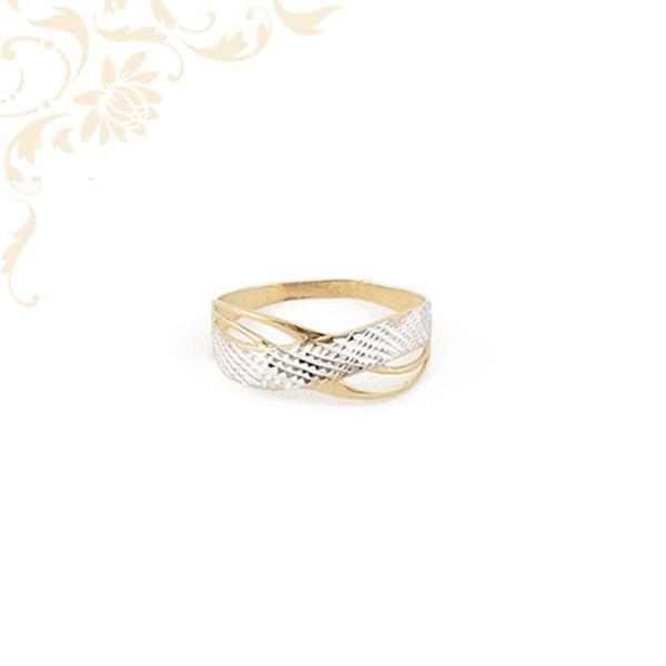Gyémántvésett mintával és ródium bevonattal díszített női arany gyűrű