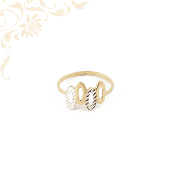 Kis súlyú. nagyon mutatós és elegáns, áttört fejrészű női arany gyűrű, gyémántvésett mintával és ródium bevonattal díszítve