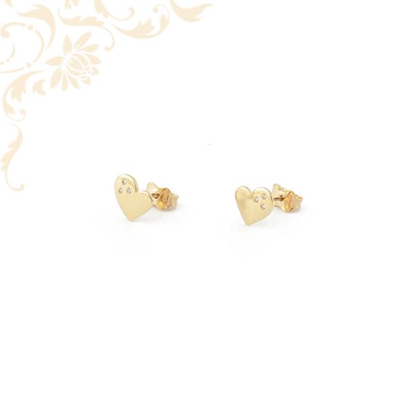 Szívecskés arany fülbevaló, fehér színű cirkónia kövekkel ékesítve.