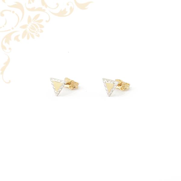 Háromszög alakú arany fülbevaló, gyémántvésett mintával és ródium bevonattal díszítve.