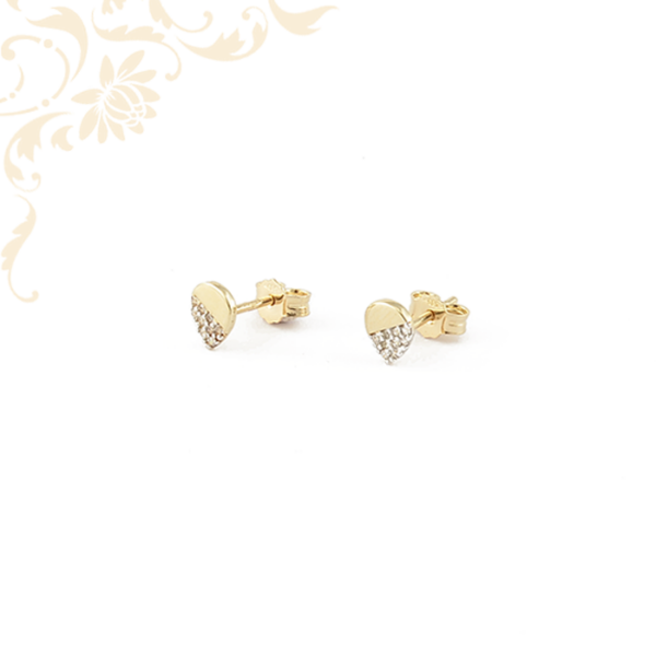 Csepp formájú arany fülbevaló, fehér színű cirkónia kövekkel ékesítve.