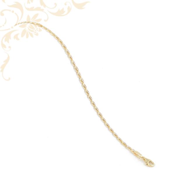 Kis súlyú, préselt, áttört lemezelt szemekből kialakított női arany karkötő, gyémántvésett mintával és ródium bevonattal díszítve