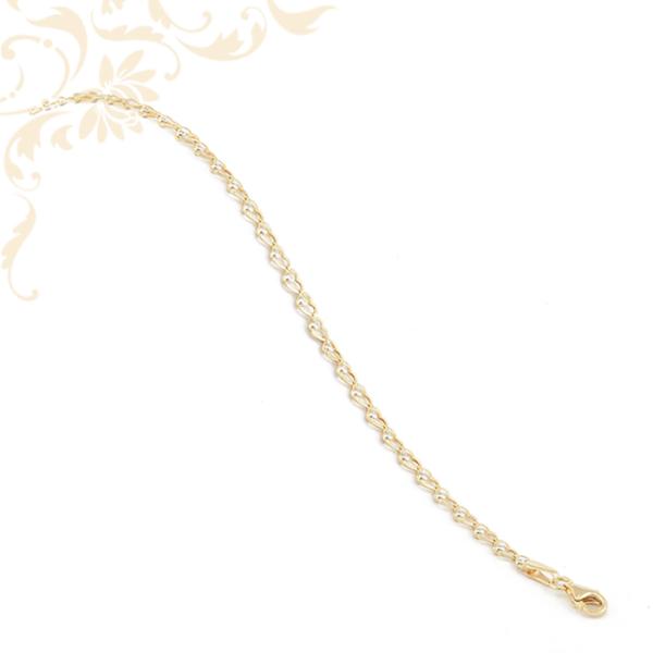 Szívecskés, kis súlyú, préselt, áttört lemezelt szemekből kialakított női arany karkötő.