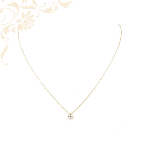 Kis súlyú, anker fazonú női arany nyaklánc, fehér színű cirkónia köves medállal.