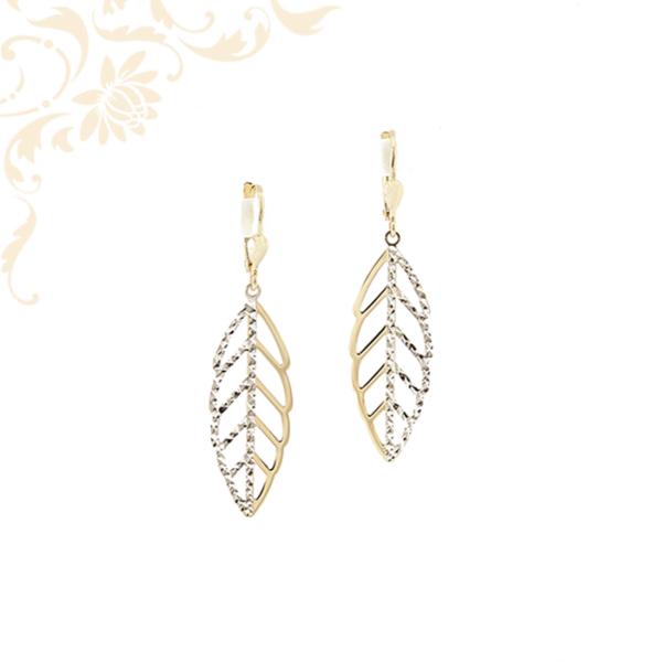 Exkluzív megjelenésű, préselt, áttört, levél formájú női lógós-csüngős arany fülbevaló, gyémántvésett mintával és ródium bevonatos díszítéssel.