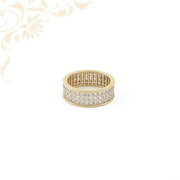 Exkluzív megjelenésű női köves arany gyűrű, középen 3 sorban foglalt cirkónia kövekkel ékesítve