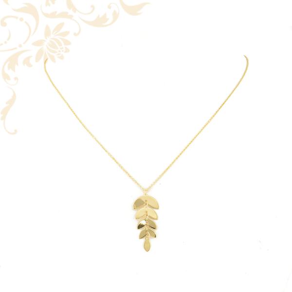 Kis súlyú, anker fazonú női arany nyaklánc medállal.