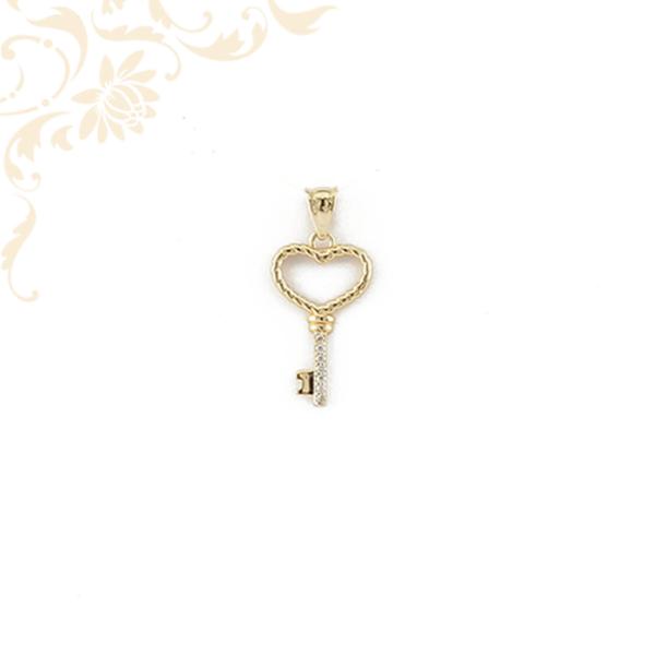 Kis súlyú, üreges arany kulcs medál fehér színű cirkónia kövekkel ékesítve.