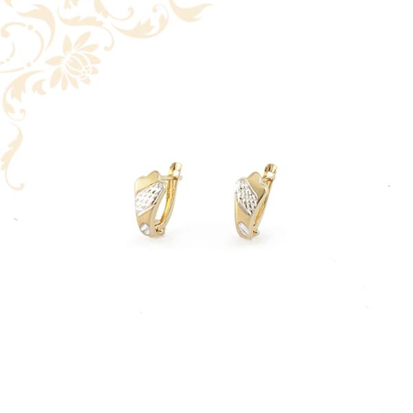 Enyhén domború arany fülbevaló gyémántvésett mintával díszítve