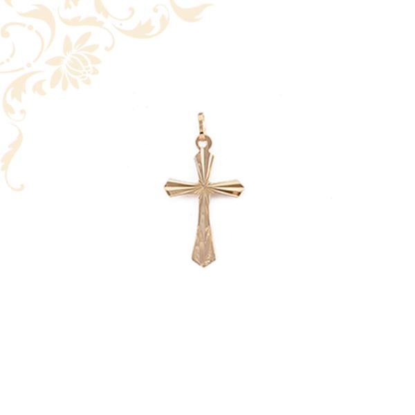 Kis súlyú, arany kereszt medál gyémántvésett miintával díszítve.