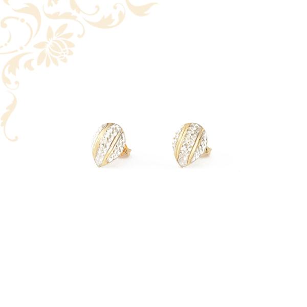 Csepp formájú arany fülbevaló gyémántvésett mintával díszítve.