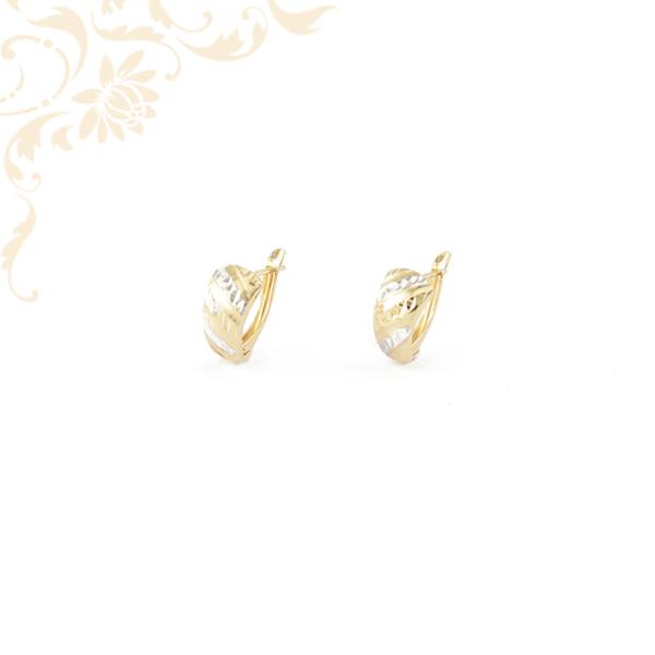 Enyhén domború, ízléses gyémántvésett mintával és ródium bevonattal díszített arany fülbevaló