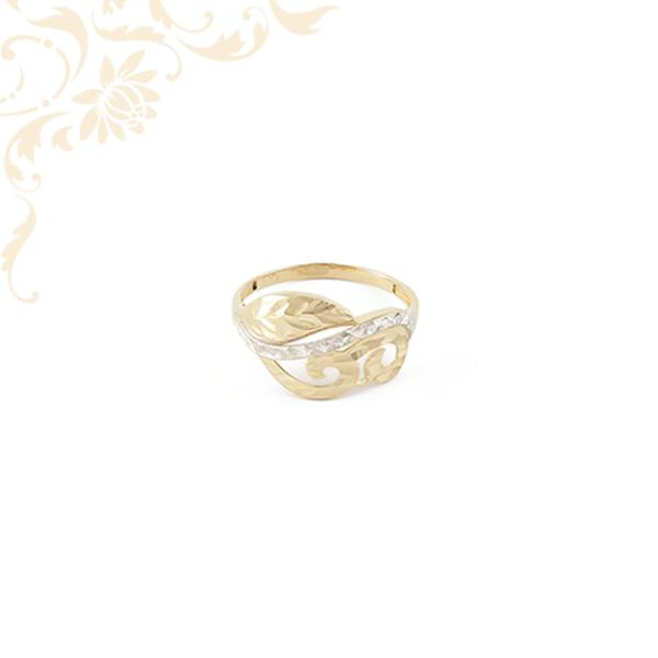 Áttört fejrészű női arany gyűrű, gyémántvésett mintával és ródium bevonattal díszítve